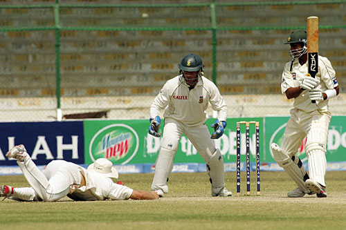 AB de Villiers unsuccessfully tries to take a catch off Shoaib Malik, Pakistan v South Africa, 1st Test, Karachi, 5th day, October 5, 2007