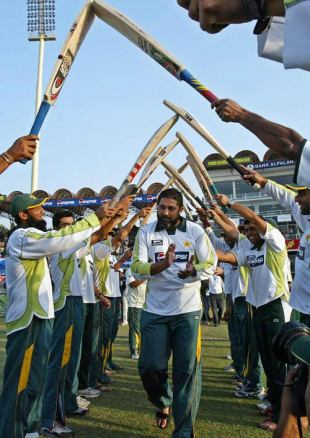 Inzamam-ul-Haq is given a guard of honour by his team-mates, Pakistan v South Africa, 2nd Test, Lahore, 5th day, October 12, 2007