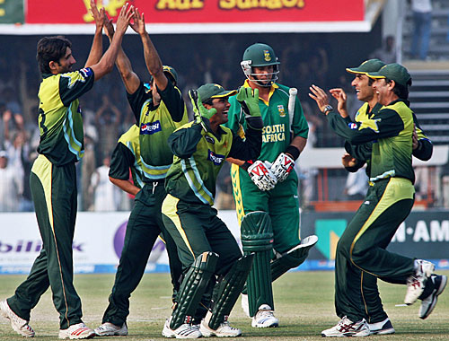 Pakistan celebrate the wicket of Jacques Kallis