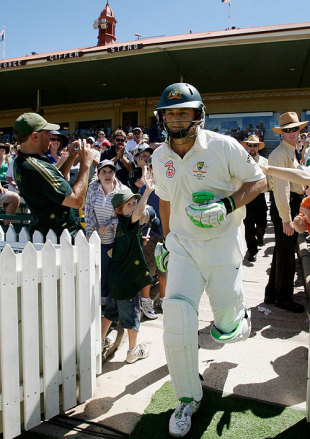 Adam Gilchrist walks out in his last Test, Australia v India, 4th Test, Adelaide, 4th day, January 27, 2008