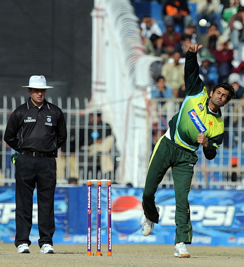 Shoaib Malik delivers the ball