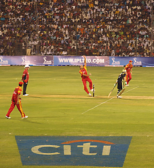 Jacques Kallis runs up to bowl, Bangalore Royal Challengers v Kolkata Knight Riders, Bangalore, April 18, 2008