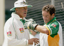 Ray Jennings has a word with Mark Boucher during a practice session, Antigua, March 28, 2005
