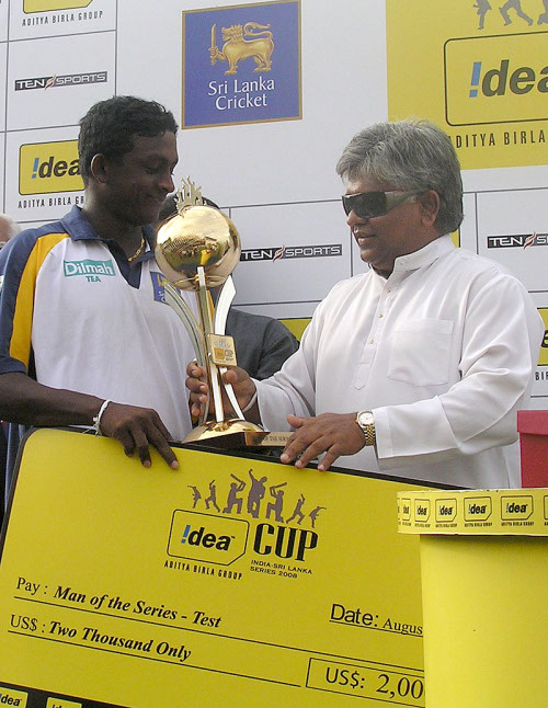 Ajantha Mendis receives the Man-of-the-Series award from Arjuna Ranatunga