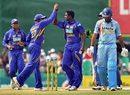 Mahela Jayawardene congratulates Ajantha Mendis on picking up Yuvraj Singh
