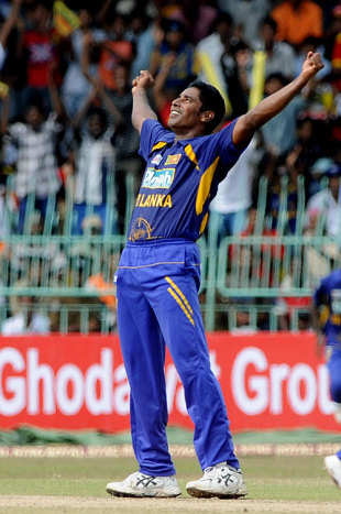 Chaminda Vaas celebrates his 400th ODI wicket, Sri Lanka v India, 4th ODI, Colombo, August 27, 2008