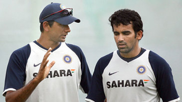 Venkatesh Prasad discusses bowling with Zaheer Khan