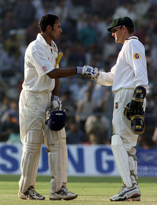 Adam Gilchrist congratulates VVS Laxman on his epic innings, India v Australia, 2nd Test, Kolkata, 4th day, March 14, 2001