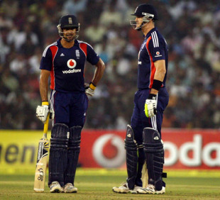 Owais Shah and Kevin Pietersen put on an unbroken century stand, India v England, 5th ODI, Cuttack, November 26, 2008