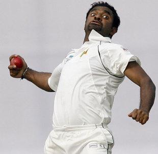 Muttiah Muralitharan bowls, Bangladesh v Sri Lanka, 1st Test, Mirpur, 1st day, December 26, 2008