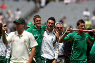 Morne Morkel, Graeme Smith, Mike Procter and Dale Steyn savour the victory, Australia v South Africa, 2nd Test, Melbourne, 5th day, December 30, 2008