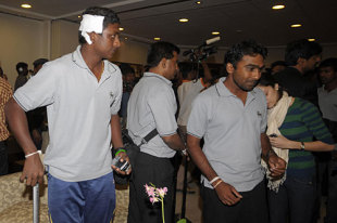 Ajantha Mendis, with plaster on his head, along with Mahela Jayawardene and his wife at the airport, Colombo, March 3, 2009