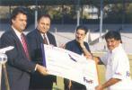 FedEx Cup 1999, First OD: FedEx India operations Managing Director Arun Kumar giving away the most-reliable-player award to Ashok Malhotra