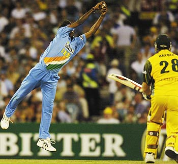Lakshmipathy Balaji takes a splendid return catch to dismiss Matthew Hayden