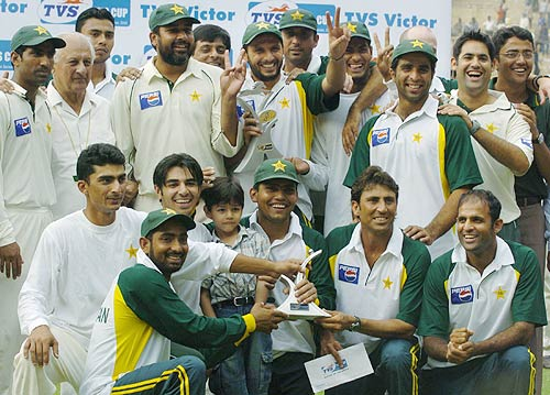 Pakistan team pose with the TVS trophy after levelling series 1-1 | Photo |  Global | ESPNcricinfo.com