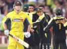 Waqar Younis celebrates with his teammates the wicket of Matthew Hayden