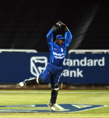 Thami Tsolekile makes a acrobatic save against EP